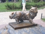 """Бронзовый памятник коту Пантюше, погибшему при пожаре в кафе, находившемся рядом с воротами, """"водвигнут """" на пожертвования горожан."""