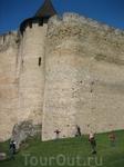 Стены снаружи замка намного выше, чем внутри. Сравнив их в человеческим ростом, становится понятно, что штурмом их не возьмешь