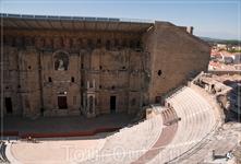 Театр и статуя Августа