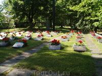 Могилы около церкви погибших в 1940-е годы