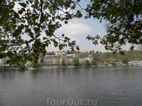 вид на Пражский град с набережной с правого берега Влтавы