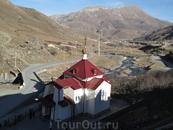 Церковь у подножия мужского монастыря в верховье ущелья