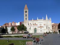 La iglesia de Santa María de La Antigua, была построена в XI веке. Ее строительство субсидировал граф Pedro Ansúrez - тот самый основатель города памятник ...