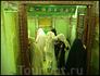 верующие целуют двери