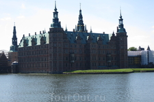 Фредериксборг - летняя действующая загородная резиденция королей. Одновременно это и музей и жилой дом для монаршей семьи.