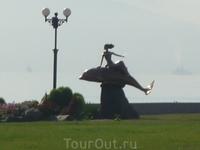 памятник дельфинам  которые отводили мины от наших кораблей
