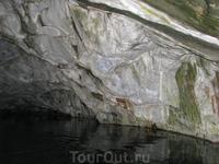 Рускеала. Мраморный каньон. Грот.  Цвет рускеальского мрамора варьируется от темно-серого и черного до снежно-белого, иногда с зеленоватыми полосками ...