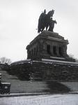 Кайзер смотрит на Немецкий угол (впадение Мозеля в Рейн).