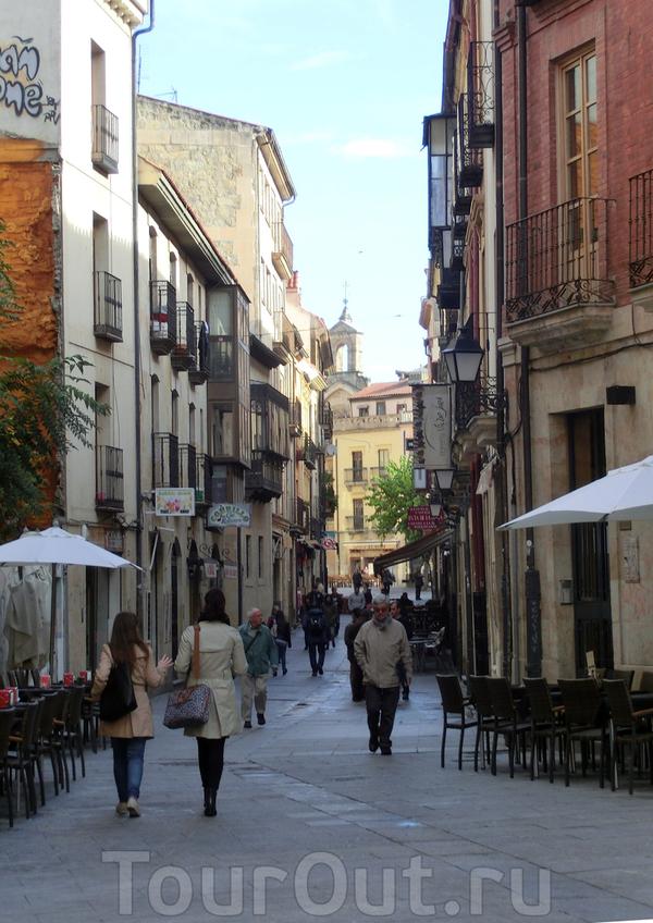 Мы пошли на главную улицу, которая называется Rúa Mayor. Странное для Испании название наверное объясняется близостью Португалии. Для меня было неожиданностью, но провинция Саламанка находится на границе с Португалией и здесь довольно много именно португальских ...