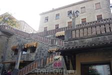 А это та самая лестница,что ведет в город Сан-Марино.Под пролетами лестницы магазины,одни из очень многих,что наверху,торгующие кожгалантереей ,обувью ...