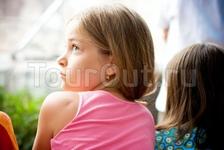 Международный фестиваль детского танца в городе Обзоре - девочка из зрителей