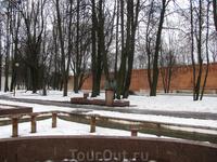 памятник Пушкину стоит возле стены