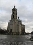 На фоне одноэтажных деревянных домиков Троицкая церковь смотрится невероятной громадиной!