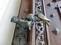 Мы проходим через массивные двери с красивыми ручками в виде ворона, клюющего голову турка. Мы уже сталкивались с этим символом семьи Шварценбергов в замке Крумлов.
