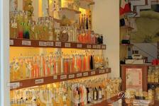 Чего только не продают на живописных улочках в Сорренто: сувениры, одежда, вкусности, вина и лимончелло, украшения и многое другое. Я привезла оттуда лаковую ...