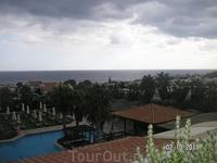 Вид на главный бассейн из ресторана
