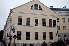 Один из корпусов университета Тарту. В окнах - фото преподавателей университета - ждут своих студентов :)