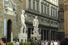 Статуи Давида и Геркулес с Какусом у входа в Палаццо Веккьо на площади Сеньории.