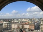 Ну и конечно же виды на город. Отсюда можно прекрасно рассмотреть всю площадь Дуомо. Например, вот этот розоватый дворец - это  дворец Карминати.
