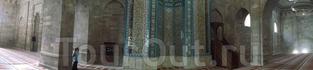 Внутри непривычно тёмные стены. Отдекорирован только михраб и элементы потолка. В отличие от нарочито скромных шиитских мечетей Ирана и Афганистана, мечеть ...