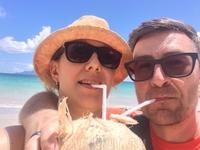 Кокосовый рай. Днем, на пляже в жару спасали только кокосы. Мы покупали их прямо рядом с пляжем у местных креольцев. Они их разделывали мачете и вставляли ...