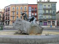 Абстрактная скульптура, кто ее автор и что она означает ни мне, ни Википедии не известно. UPD: Скульптура называется Сирена.