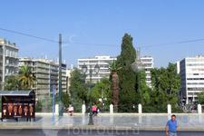 Площадь Синтагма - через дорогу от здания парламента.