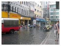 Ливень! Канализации перестали справляться с потоком воды и город просто затопило.