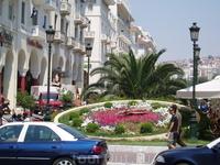 Центральная площадь в Салониках - цветочная клумба с часами