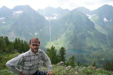 Чапалов Игорь. На заднем плане Кинзелюкский водопад. По прямой до водопада около 3-км.
