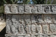 Цомпантли - платформа с черепами, вырезанными по всему периметру. Археологи считают, что на ней выставляли головы людей, приносившихся в жертву, что практиковалось ...