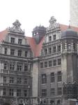 Вот такие вот старинные здания можно видеть в центре Лейпцига. Камень, из которого они были построены, потемнел со временем.