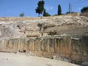 Часть трибун опиралась на естественную структуру склона, а противоположная - опиралась на построенные своды.