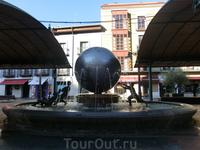 Площадь Испании есть, наверное, в каждом испанском городе. В Вальядолиде в центре площади установлен фонтан с забавными человечками, поддерживающими земной ...