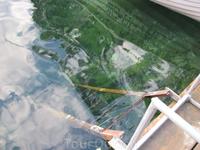 Лесенка на причале. Видно насколько прозрачна вода.