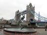 Вид на мост со стороны доков святой Екатерины. Фонтан-памятник девочке и дельфину поставили в 1973 году.