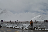 Озеро лежит на высоте 4718 метров, имеет площадь зеркала 1870 км². Это самое высокое солёное озеро в мире, крупнейшее солёное озеро в Тибетском автономном ...