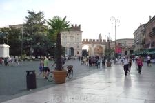 Верона. Войдя через эти арки попадаем в  старую часть города.