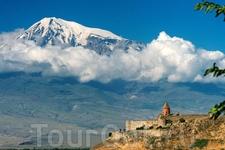 Вид на гору и монастырь.