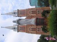 Собор Парижской Богоматери, вернее, его копия, перенесенная по камешкам в Хошимин. Не забываем, что это бывшая французская колония )