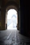 Вход в Лувр крыло Ришелье. От метро Palais Royal Musee du Louvre метров 80. Можно воспользоваться любым другим входом, но этот ближайший и почему-то народу ...