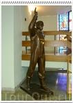 В вестибюле Учебного центра нас приветствует Юрий Гагарин.