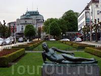 и снова голенькая скульптура... на заднем плане театр Den Nationale Scene это крупнейший театр в Бергене и один из старейших театров Норвегии.