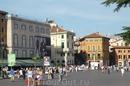 Верона.  Площадь Бра огромная, рестораны,кафе  и в центре есть  сквер, в котором много памятников и в том числе конная статуя королю  Виктору  Эммануилу ...