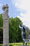 недалеко от входа в парк стоят четыре скульптуры с драконами: три из них - мужчины борющиеся с драконом и одна - женщина в объятиях дракона - символизируют ...