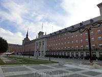 Интересное здание, привлекающее внимание на выходе из метро и похожее на дворец, оказалось зданием Министерства военно-воздушных сил Испании. Хотя оно ...