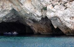 о. Закинтос. Голубые пещеры. Скала, которая приобрела очертания человеческого профиля. Местные называют её &quotлик Посейдона&quot
