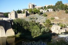 Выход на мост Святого Мартина. Монастырь Святого Иоанна де ло Рейес на заднем плане.