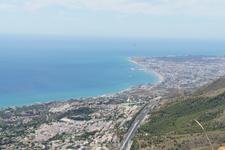 С горы открываются удивительные панорамные виды побережья.