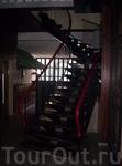 кованные лестницы, картины....м
